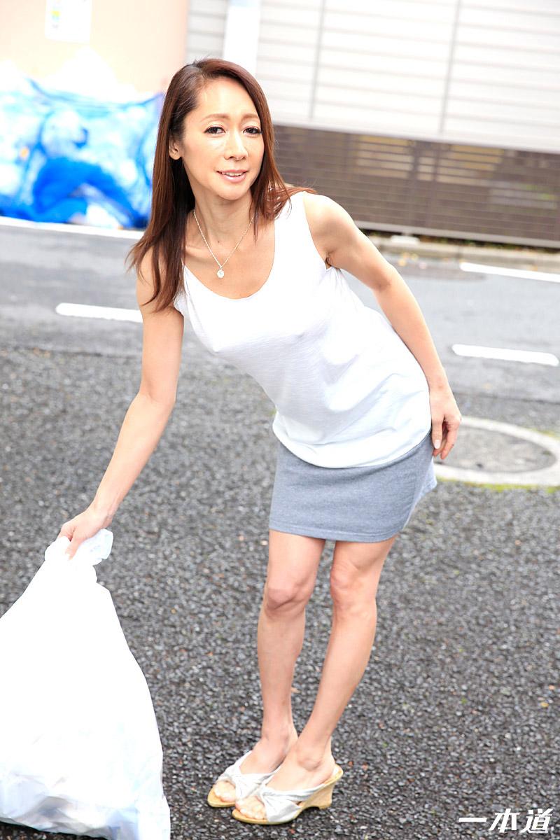 朝ゴミ出しする近所の遊び好きノーブラ奥さん 南條れいな