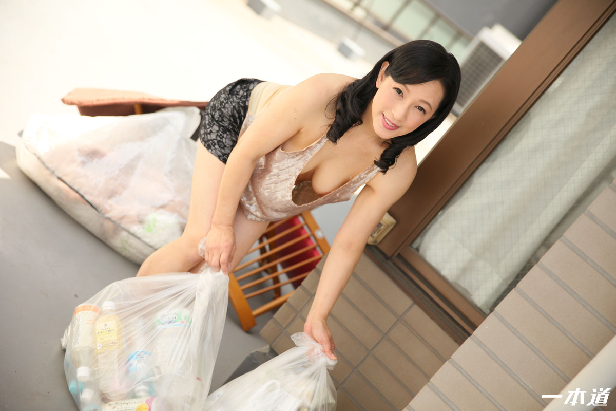 朝ゴミ出しする近所の遊び好きノーブラ奥さん 服部圭子